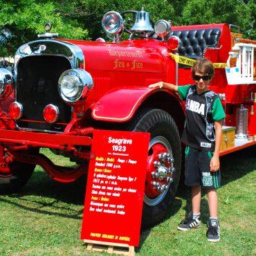 Camion de pompiers et jeune visiteur